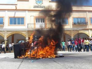 Ballot burning in the street (photo: All Oaxaca)